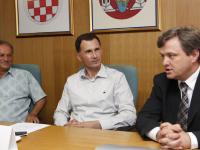 Gradonačelnik Vukovara Željko Sabo, predsjednik humanitarne udruge CRO UNUM prof.dr. Dragan Primorac i Zvonimir Mršić, predsjednik Uprave Podravke